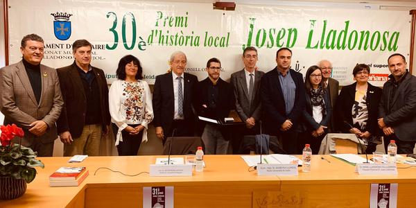 Albert Royo, al centre de la imatge, junt amb l'Alcalde Antoni Perea i la regidora de Cultura Elvira Larrègula.