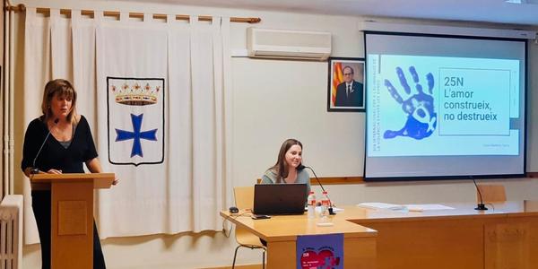 Pilar Serra, regidora de Joventut de l'Ajuntament d'Alguaire, va presentar l'acte